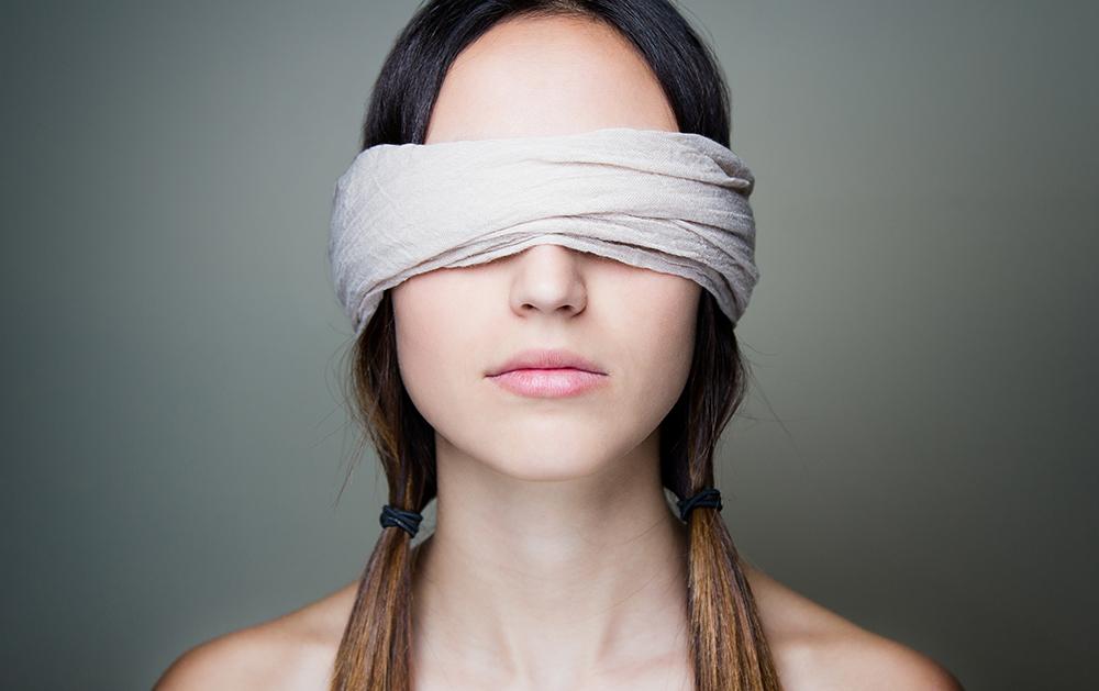 Видео картинки мужик с завязанными глазами люблю свою подругу